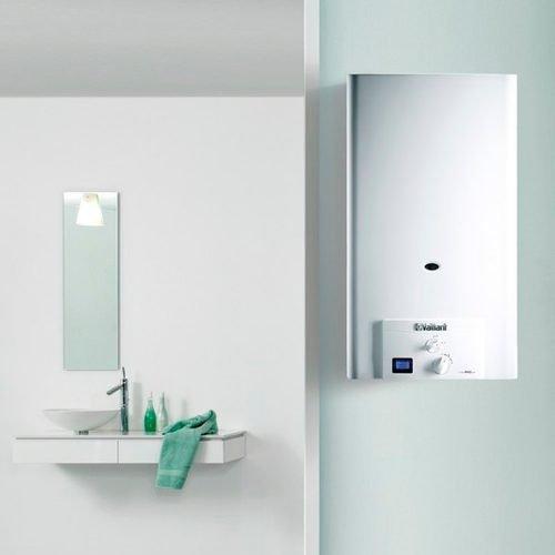 Calentador-Vaillant-estanco-bajo-NOx-Turbomag-pro-125-1-instalado-en-cuarto-de-baño